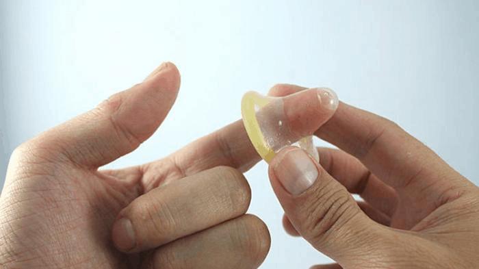 Giải đáp thắc mắc: Tránh thai bằng bao cao su có an toàn không?